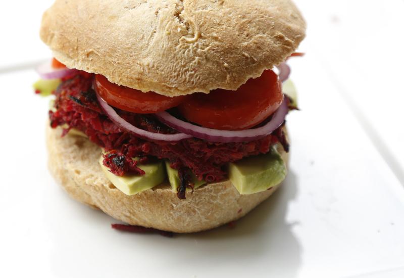 Opskrift: Vegetarisk rødbedebøf med quinoa