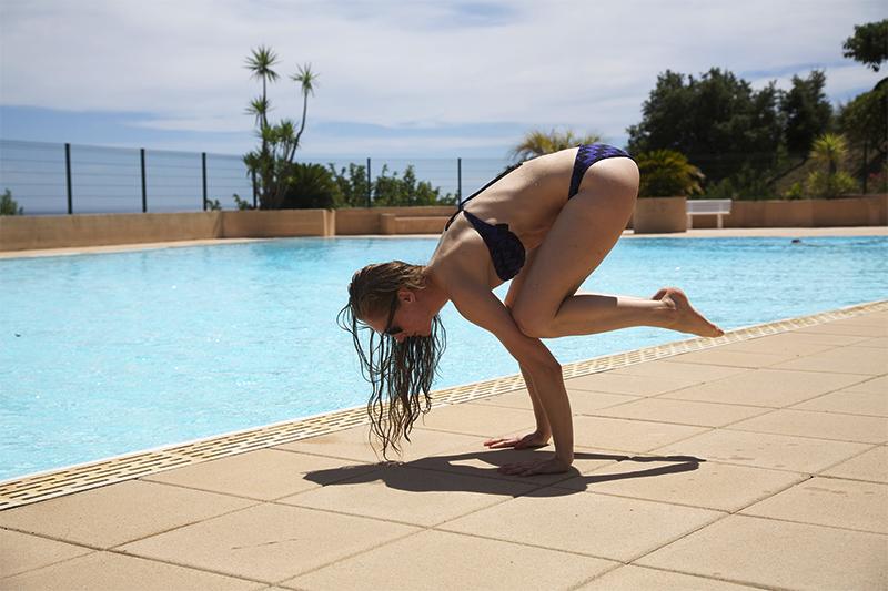 Sydfrankrig bird pose crow pose yoga poolside christinebonde blog