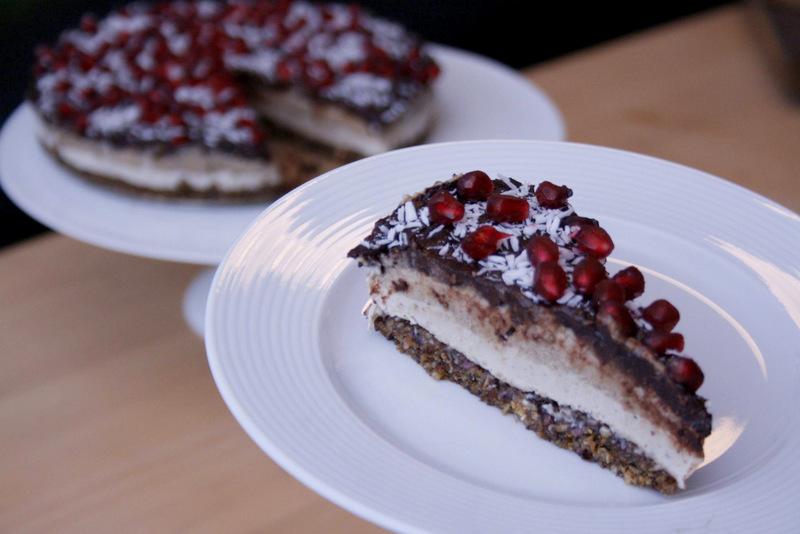 NYTÅRSKAGE: Overdådig raw cake med 3 lag