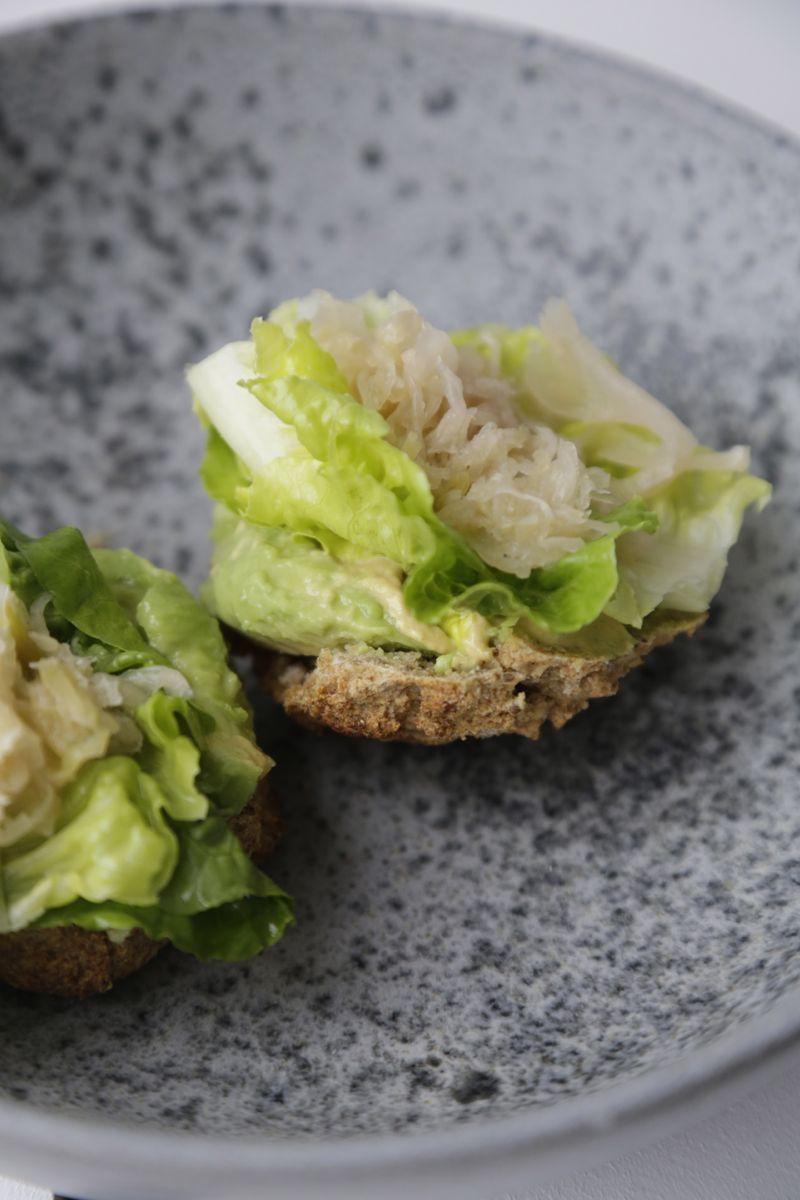 Nem frokost - glutenfri bolle med avokado, surkål og sennep1