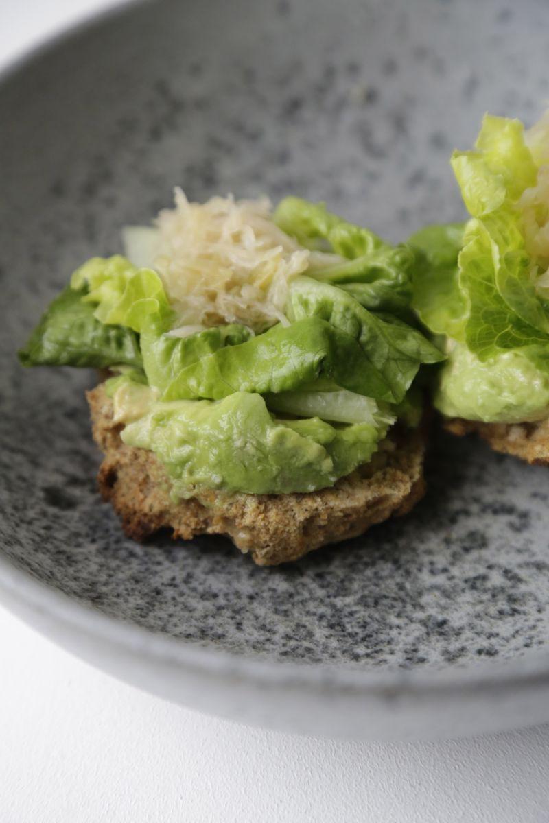 Nem frokost - glutenfri bolle med avokado, surkål og sennep3