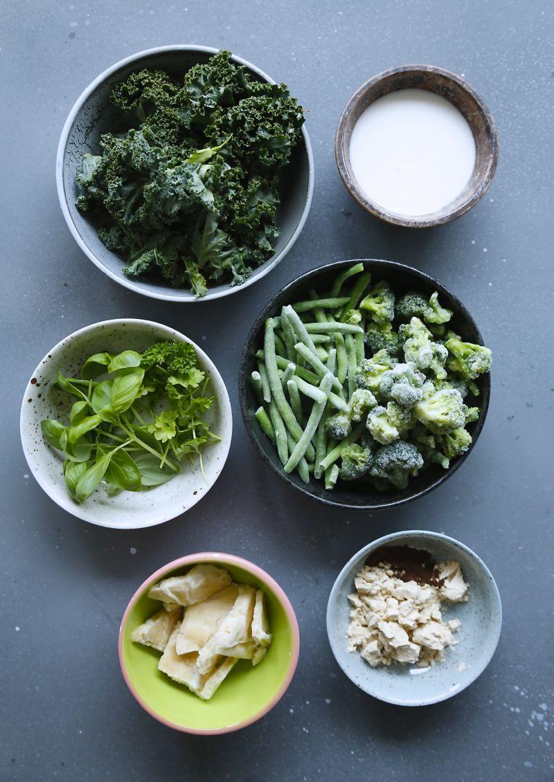 Smoothie bowl med grønkål og friske krydderurter$