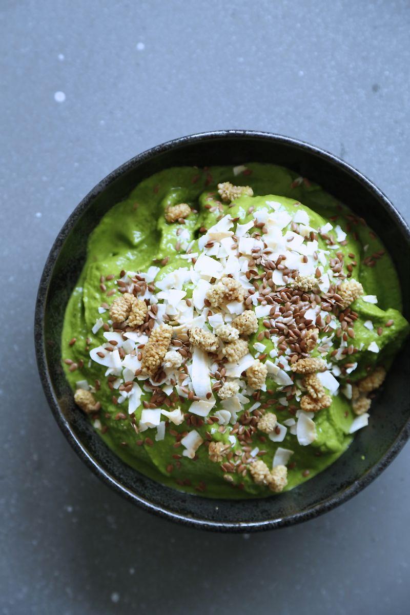 Smoothie bowl med grønkål og friske krydderurter3