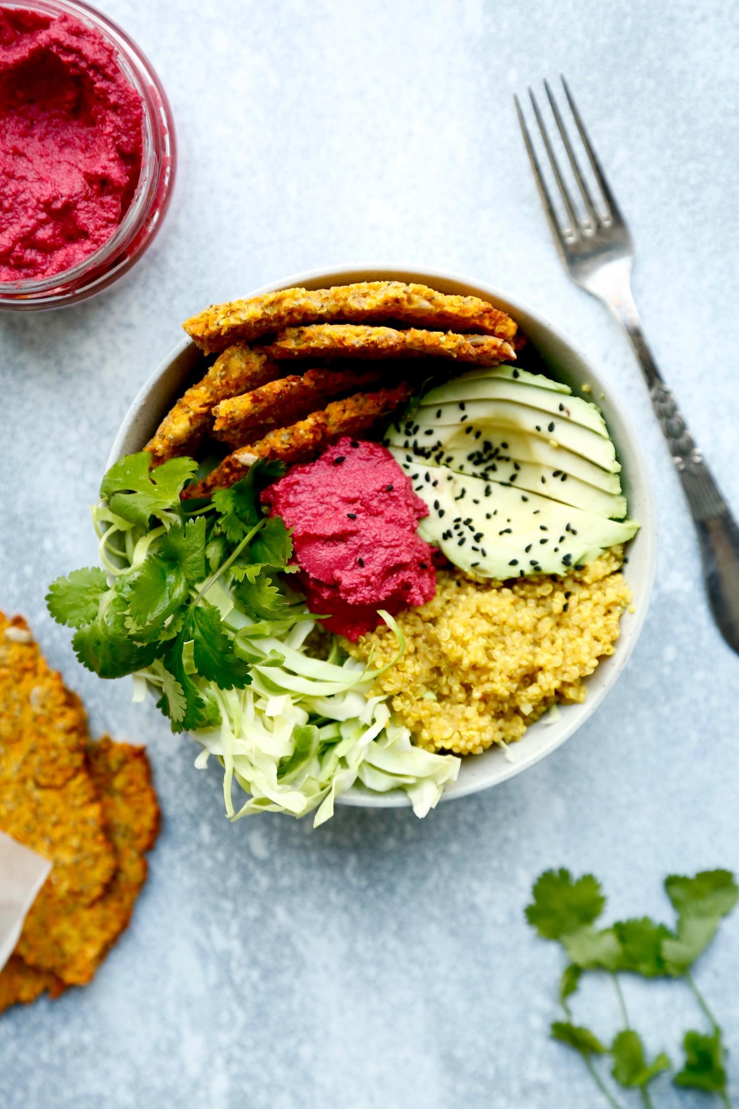 opskrift-buddha-bowl-med-roedbedehummus-og-gul-quinoa-1